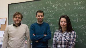 El investigador Carlos Hernández García, en el centro, junto con Luis Plaja y Laura Rego.